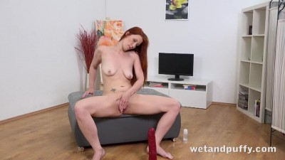 Dreamy Redhead Babe Just Loves To Play With Her Collection Of Toys_hq [Vysoká kvalita a velikost].avi